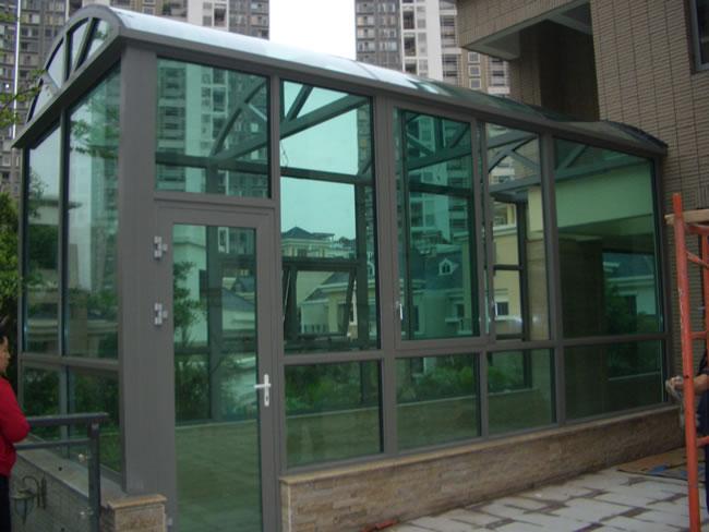 平顶型休闲阳光房 产品详细描述 豪华阳光房特点 【产品介绍】  通过热处理工艺,使玻璃具有良好的机械性能,具破碎后的碎片达到安全要求的玻璃制品叫做钢化玻璃(6~12mm)。  玻璃是一种脆性材料,阳光房特点是抗压强度大,抗张强度小,因此容易破碎。碎片具有尖利的刃口,能割破皮肤、刺伤人体、造成流血事故。将浮法玻璃按照需要的尺寸与形状,经过切割、磨边、钻孔、清洗等工序,对玻璃边部进行精加工处理,除去微裂纹,然后送入水平钢化电炉中,