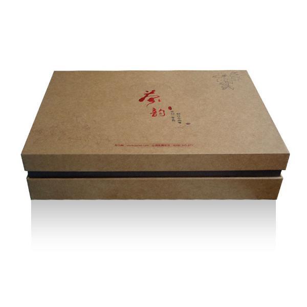 此款高档茶叶包装盒,结构设计独特,美观简约,工业纸板礼品盒,设计精湛,是一款不错的选择。 提供批量定制,设计制作一条龙服务 本款茶叶包装盒有大量现货,质优价廉,欢迎选购! 本款包装适合装红茶、黑茶、普洱茶、金骏眉、正山小种、乌龙茶、大红袍等名茶 根据茶叶的不同种类,每盒可装2两4两茶 本款茶叶包装盒成品尺寸:320*210*70mm, 内盒成品尺寸: 140*88*60mm两个