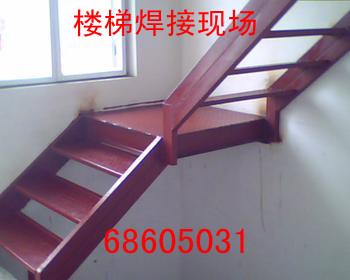 钢楼梯的结构支承体系以楼梯钢斜梁为主要结构构件,楼梯梯段以踏步板